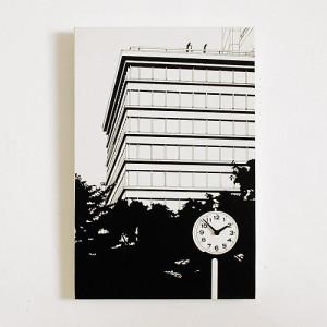 風景画に溶け込む時計 「ビルの見える公園」