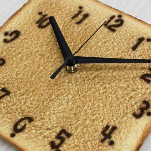 パン屋さん必須アイテム!? こんがりトーストの時計。