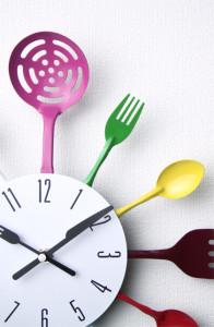 色鮮やかなキッチンツールでデコレートされたかわいい掛け時計。