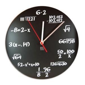 理数系には堪らない、数式が書かれたポップクイズクロック。