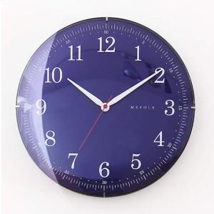 ドームガラスのシンプル レトロなアナログ時計。白壁に映える濃紺。