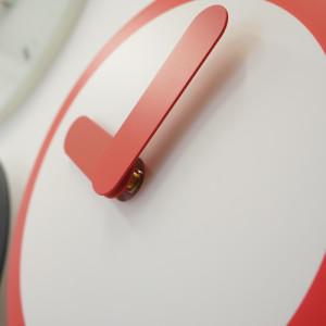アイコン風デザイン 文字盤が左右にスイングする不思議な振り子時計。