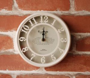 さりげない存在感がかわいい、アンティーク調の時計。