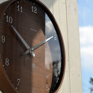 Lemnos(タカタレムノス)製 シックなダークブラウンの電波時計。