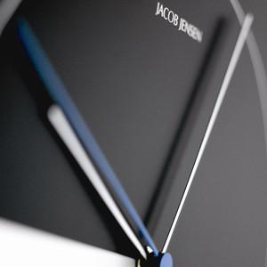 ヤコブ・イェンセンの代表作 モノトーンの対比が美しい掛け時計
