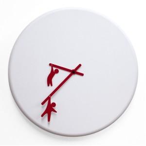 針に人がぶら下がってる!?イタリア製掛け時計 「TIME2PLAY」