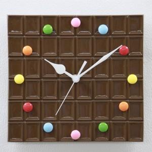 スイーツ好きには堪らない!? チョコレートの掛け時計
