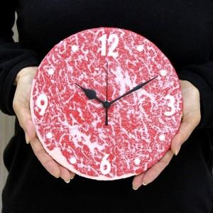 食品サンプルのプロが手掛ける、ジューシーな霜降り生肉の電波時計。